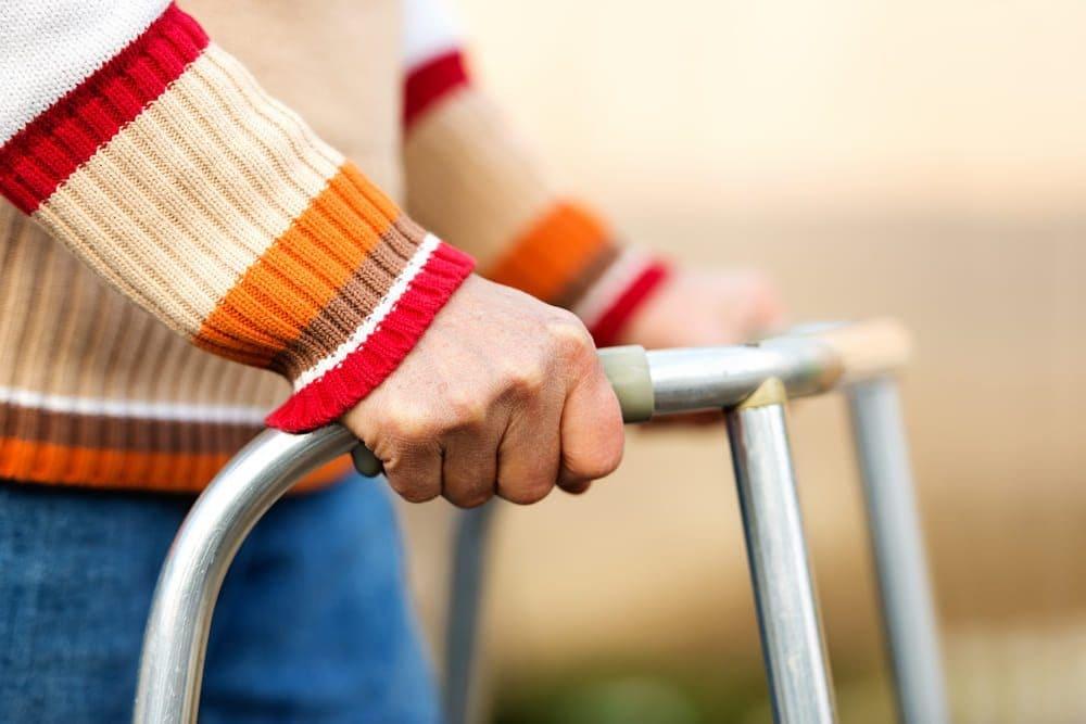 gehhilfe-senior-bewegung-sturzpravention
