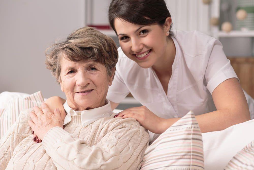 pflegekraft-seniorin-umarmen-laecheln