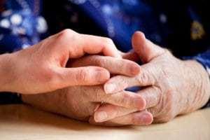 Angehörige haben einen Anspruch auf Familienpflegezeit.