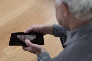 Durch die Zuzahlungsbefreiung können sich ältere Menschen einen Teil ihrer Ausgaben zurückerstatten lassen.