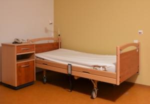 Bett für pflegebedürftige Senioren - Pflegeberufe sollen attraktiver werden - neues Pflegepersonal-Stärkungsgesetz