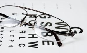 Lesebrille mit Buchstabentafel - Altersweitsichtigkeit (Presbyopie)