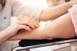 Unterschied zwischen Betreuung und Pflege - medizinische Aufgaben - Infusion legen
